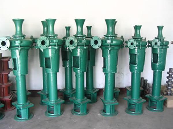 PN型PNL型泥浆泵 PN型泵系卧式单级单吸悬臂式离心泥浆泵,PNL型泵系立式泥浆泵。可供矿山输送固液两相流体之用。也可用于建材、造纸、食品、饲料等部门输送各种浆料。输送最大浓度5060%(重量计) PN型泥浆泵过流件使用耐磨合金材料制造,寿命长。6及6以下泥浆泵叶轮与轴用螺纹连接,8及8以上泥浆泵使用键联接。叶轮与护套及叶轮与护板之间的间隙可以调整,以保持高效工作。和8及8以上泥浆泵,泵体较大,采用了水平中开的结构型式,拆装检修方便。轴封采用一般填料密封,工作时应注入高于工作压力1公斤/厘